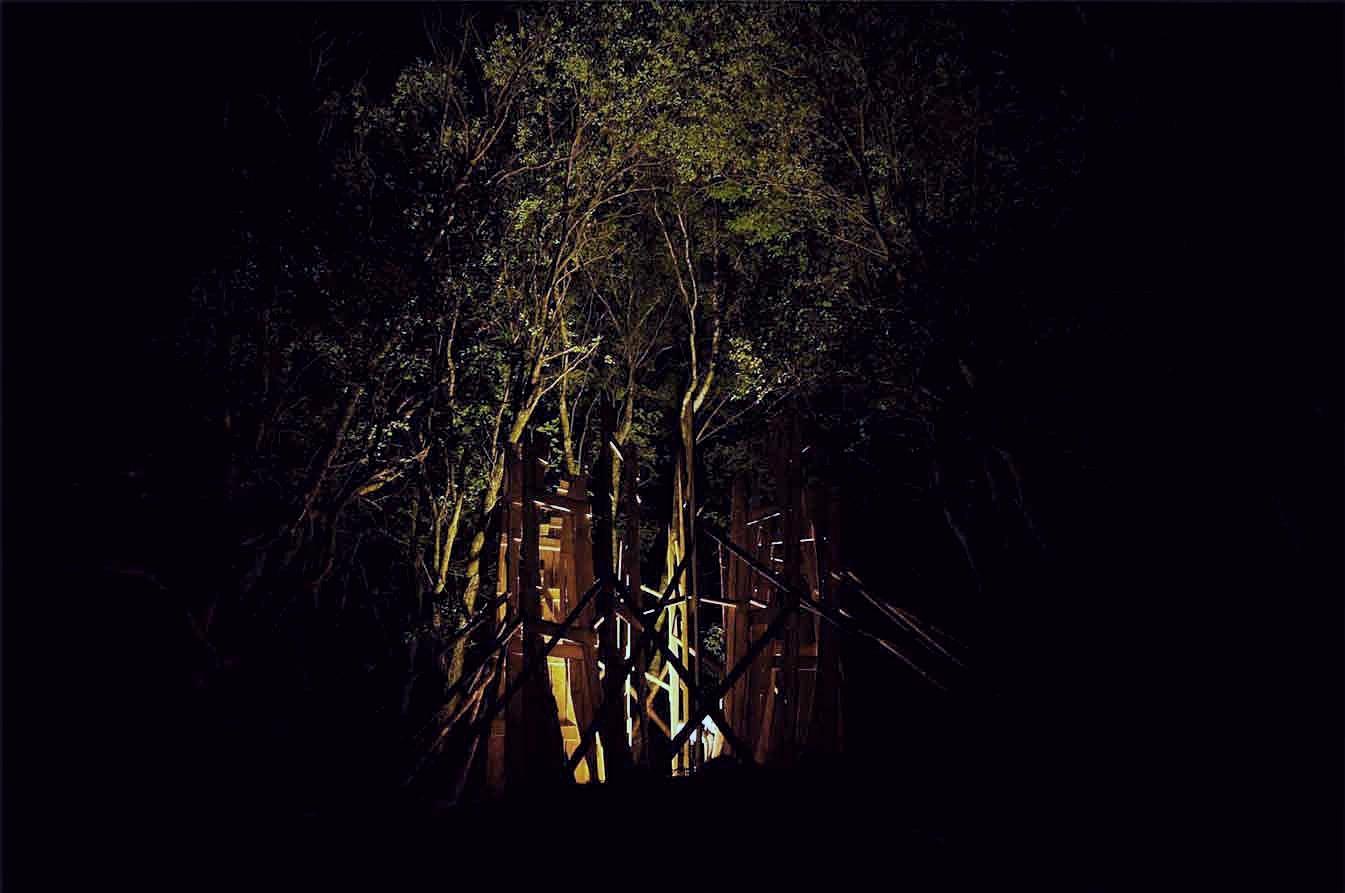 Kaplička Světla - příprava dřevěného bědnění probíhala i v noci. Autor: Kurz architekti