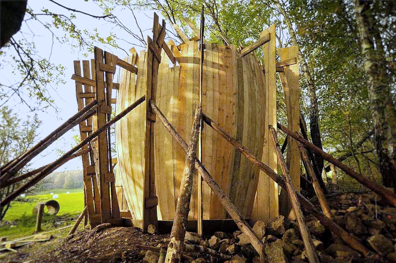 Kaplička Světla - dřevěné bednění ve své finální podobě. Vyklenutá prkna udávají tvar kapličky. Autor: Kurz architekti