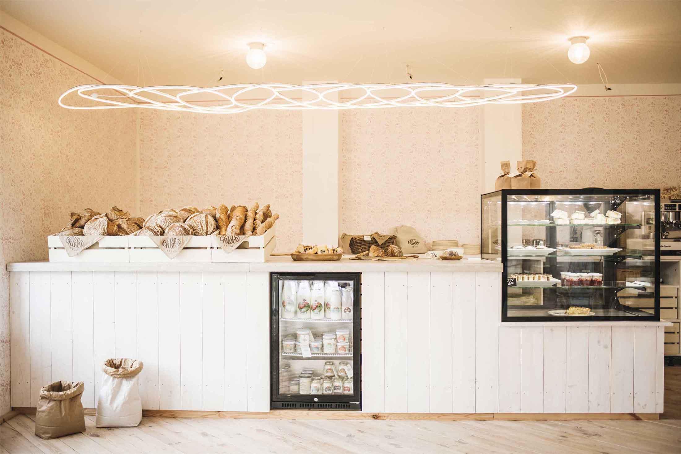 Pekárna Chleba se solí, Včelná - prodejní pult jemuž dominuje světelná pletýnka vlastní výroby. Autor: KURZ architekti