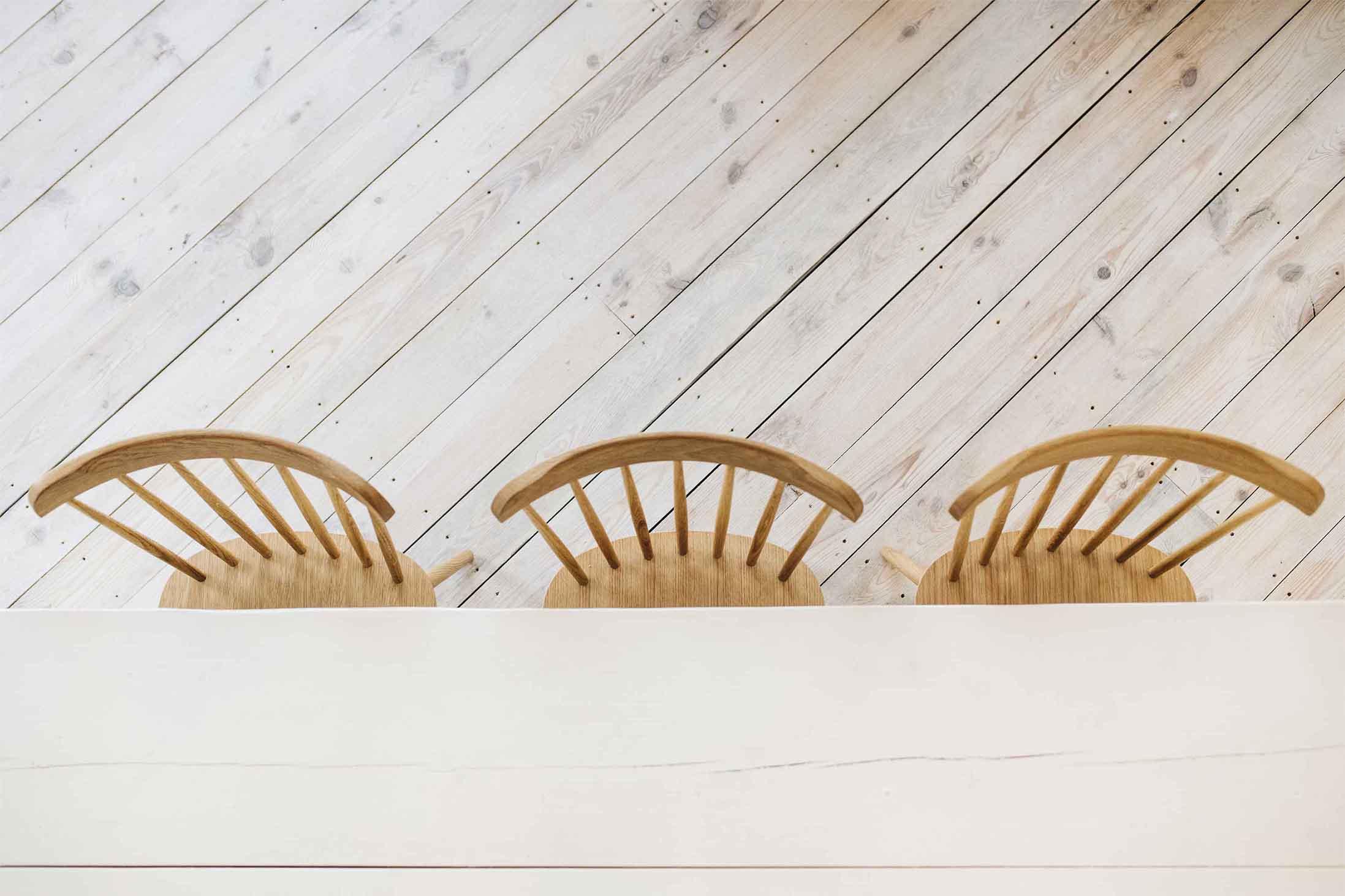 Pekárna Chleba se solí, Včelná - detail dřevěného stolu, židle TON, prkenná borovicová podlaha. Autor: KURZ architekti