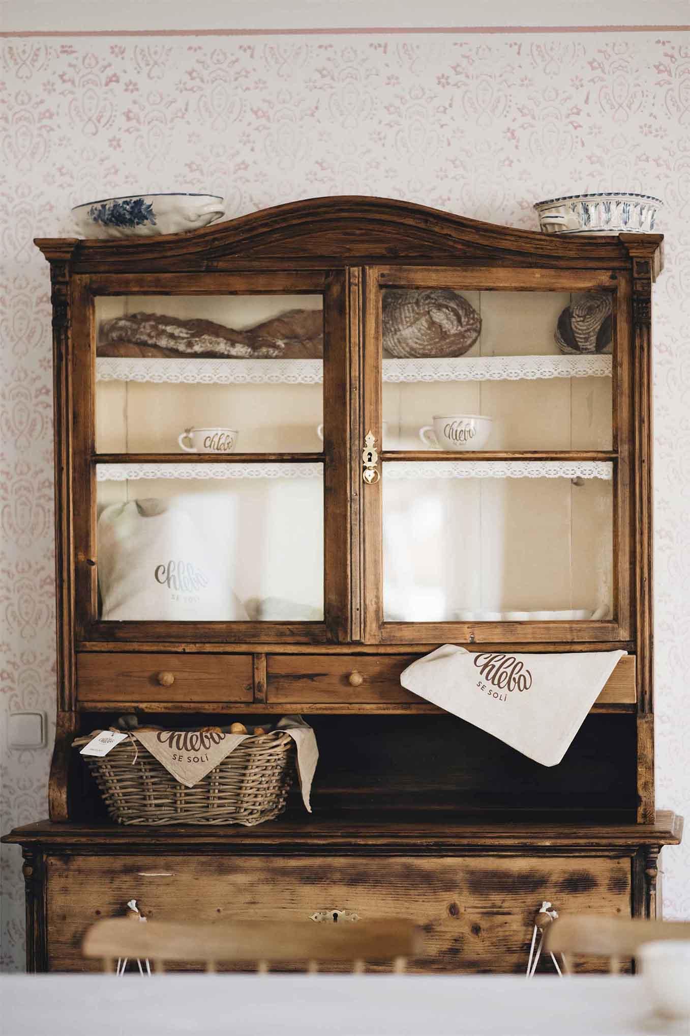 Pekárna Chleba se solí, Včelná - kredenc z antikvariátu na chleba a jiné dobroty. Autor: Kurz architekti