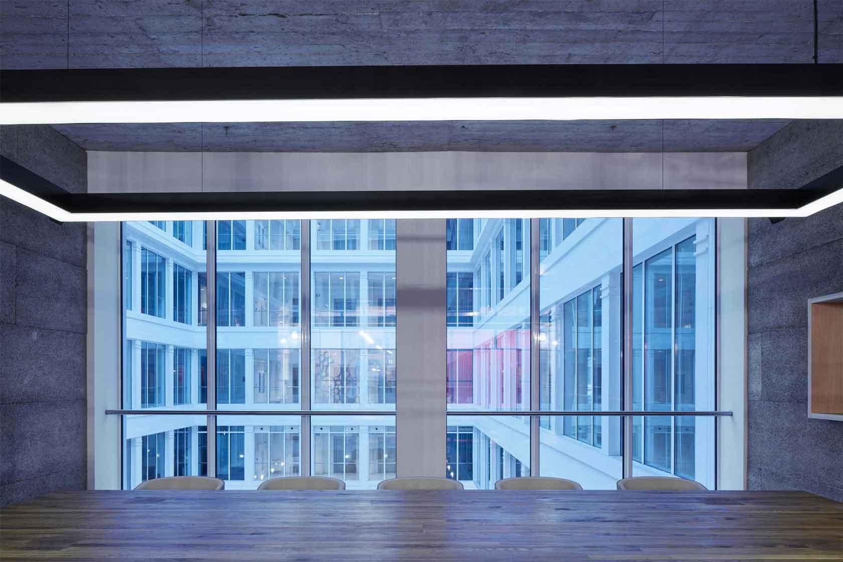 Kanceláře Czech Promotion  - zasedací místnost s průhledem do vnitřního atria budovy. Autor: Kurz architekti