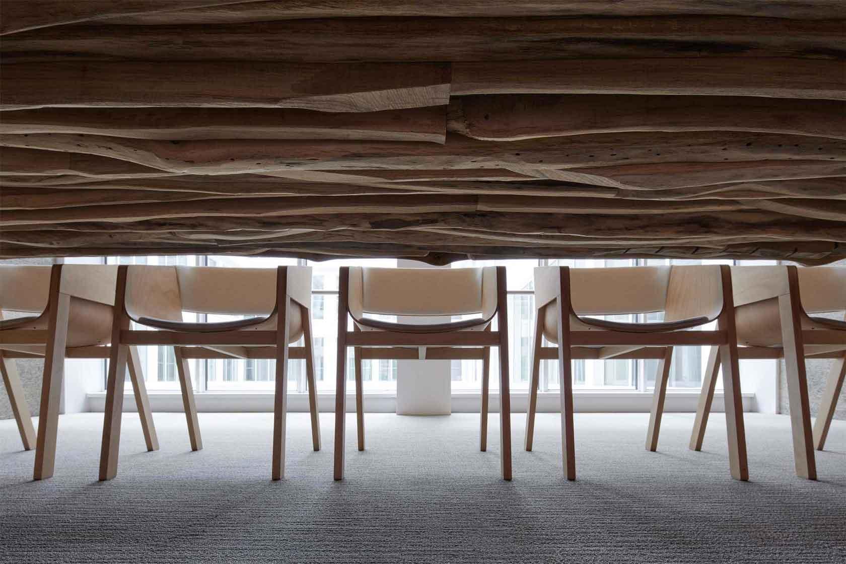 Kanceláře Czech Promotion  - detail rafinovaného stolu na míru z odpadových zbytků fošen, který dodává zasedací místnosti na důstojnosti. Autor: Kurz architekti