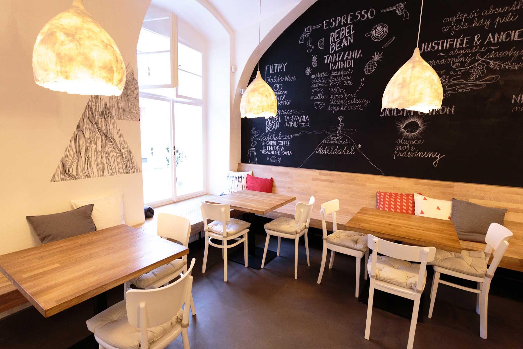 Kavárna Café Datel - dřevěná lavice obíhající po obvodu. Autor: Kurz architekti