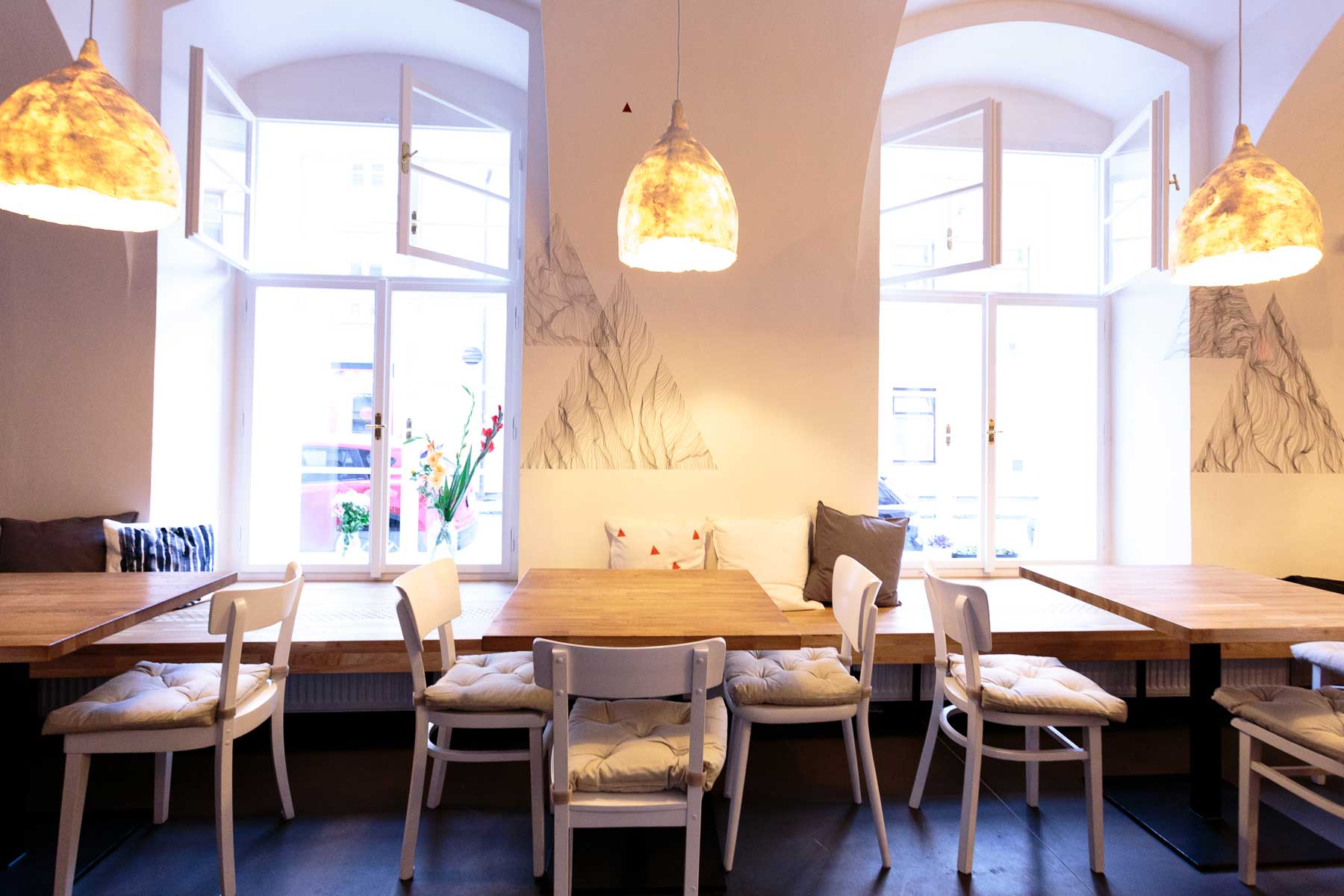 Kavárna Café Datel - sezení u otevíratelných oken. Autor: Kurz architekti