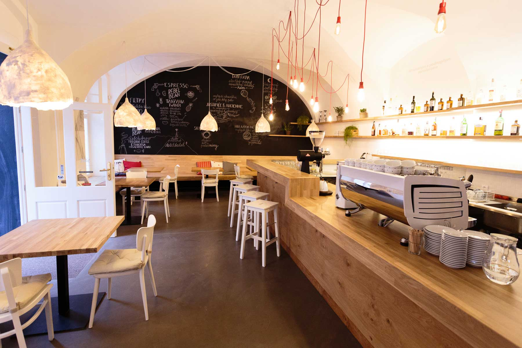Kavárvna Café Datel - kaskádovitý dřevený pult vytvářející zázemí. Autor: Kurz architekti