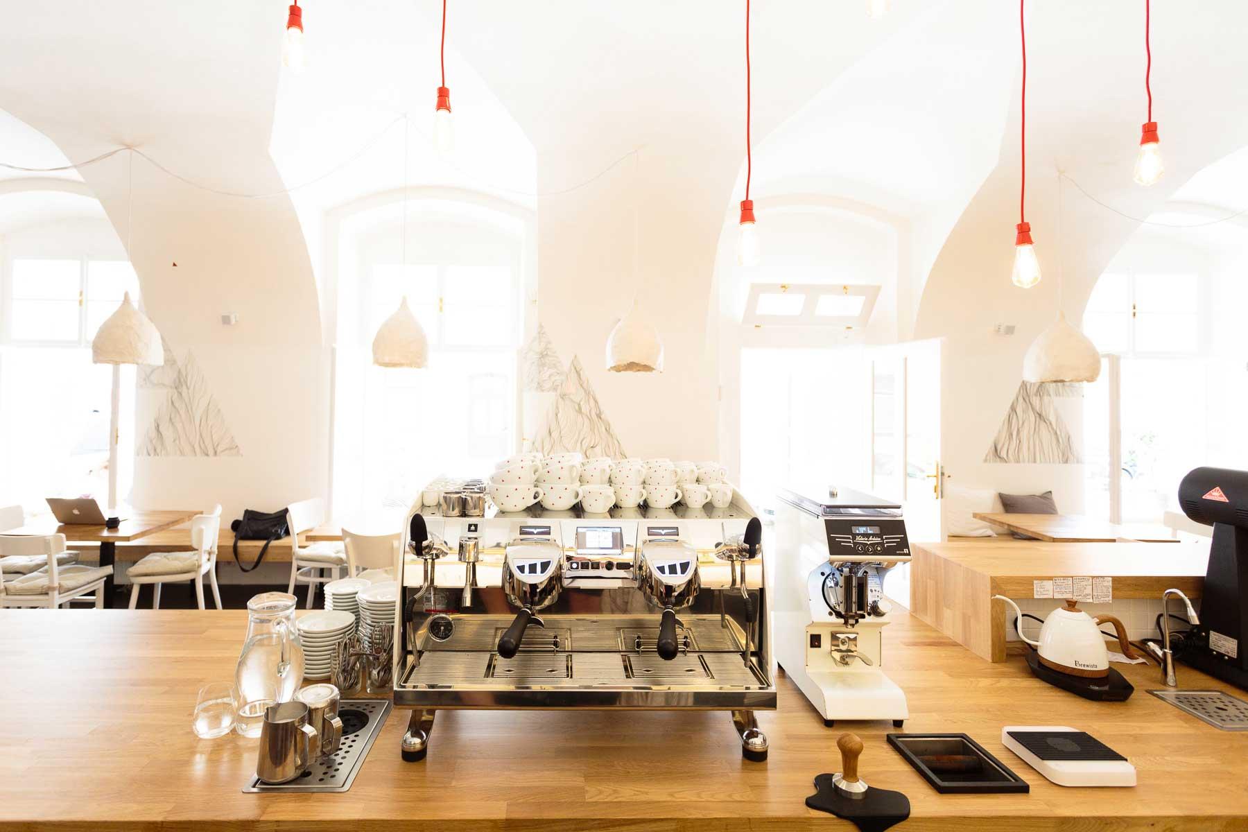 Kavárna Café Datel - pohled zpoza barového pultu. Autor: Kurz architekti