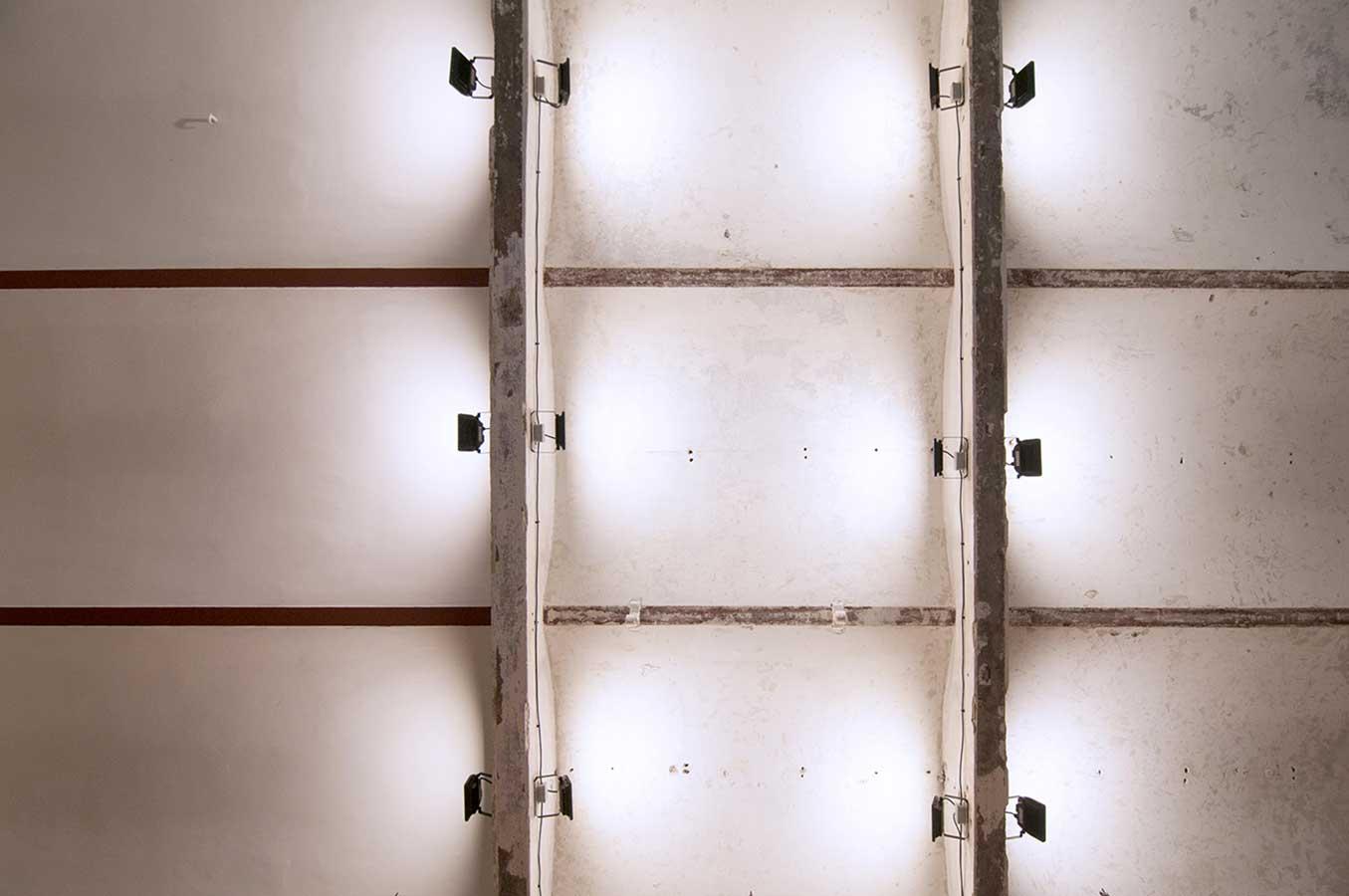 Prodejna Alkohol.cz - pohled na původní cihlový strop s hrubou štukovou úpravou ošetřený sanační omítkou. Autor: Kurz architekti