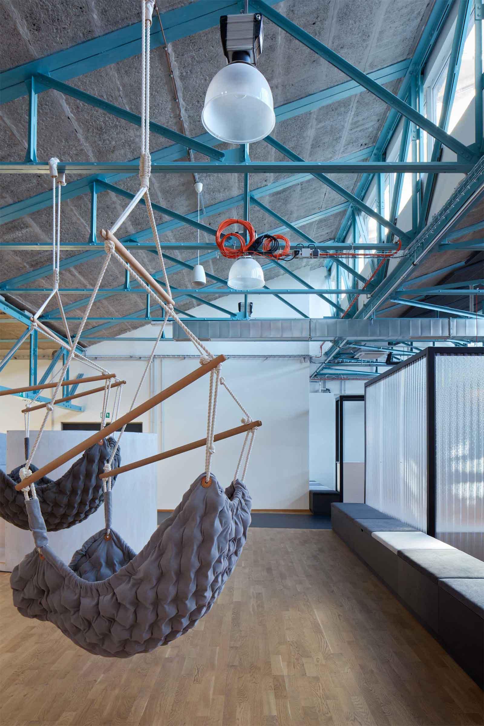 Kanceláře Sinnerschrader Praha - relaxační zóna, kterou vizuálně odděluje od pracovního prostoru řada lavic s úložným prostorem. Autor: Kurz architekti