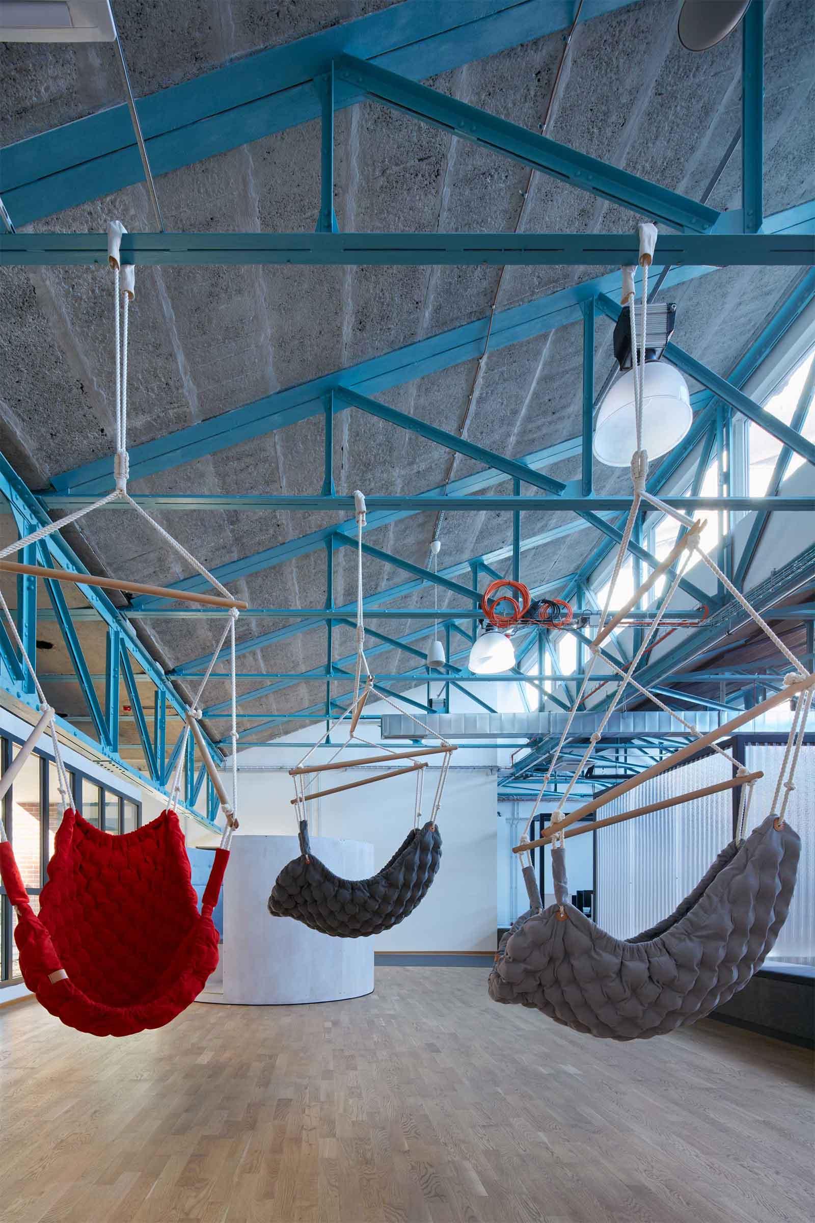Kanceláře Sinnerschrader Praha - relaxační zóna kanceláře se závěsnými houpačkami Swingy. Autor: Kurz architekti
