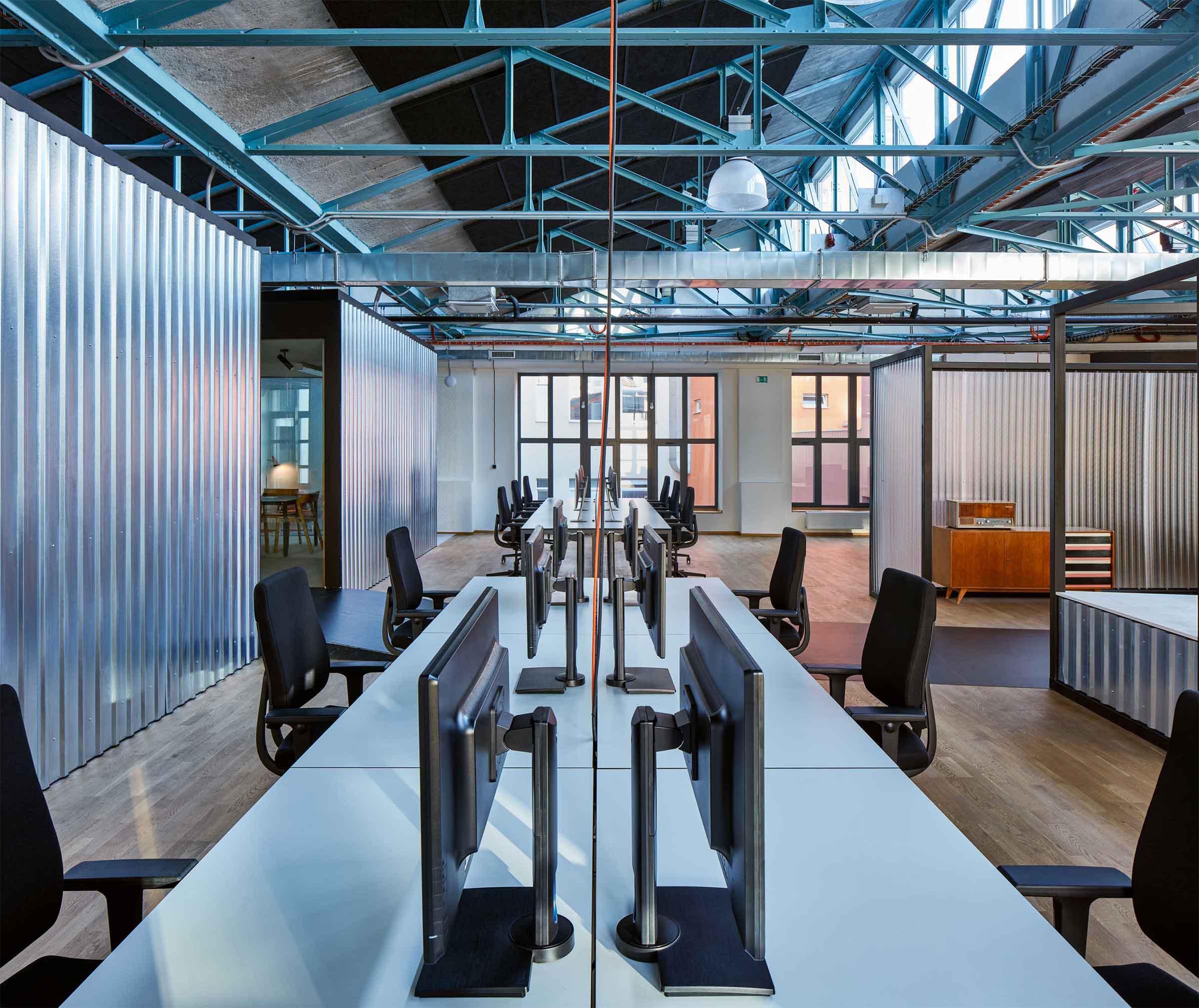 Kanceláře Sinnerschrader Praha - otevřený pracovní prostor, jež lemují stěny zasedacích místností. Autor: Kurz architekti