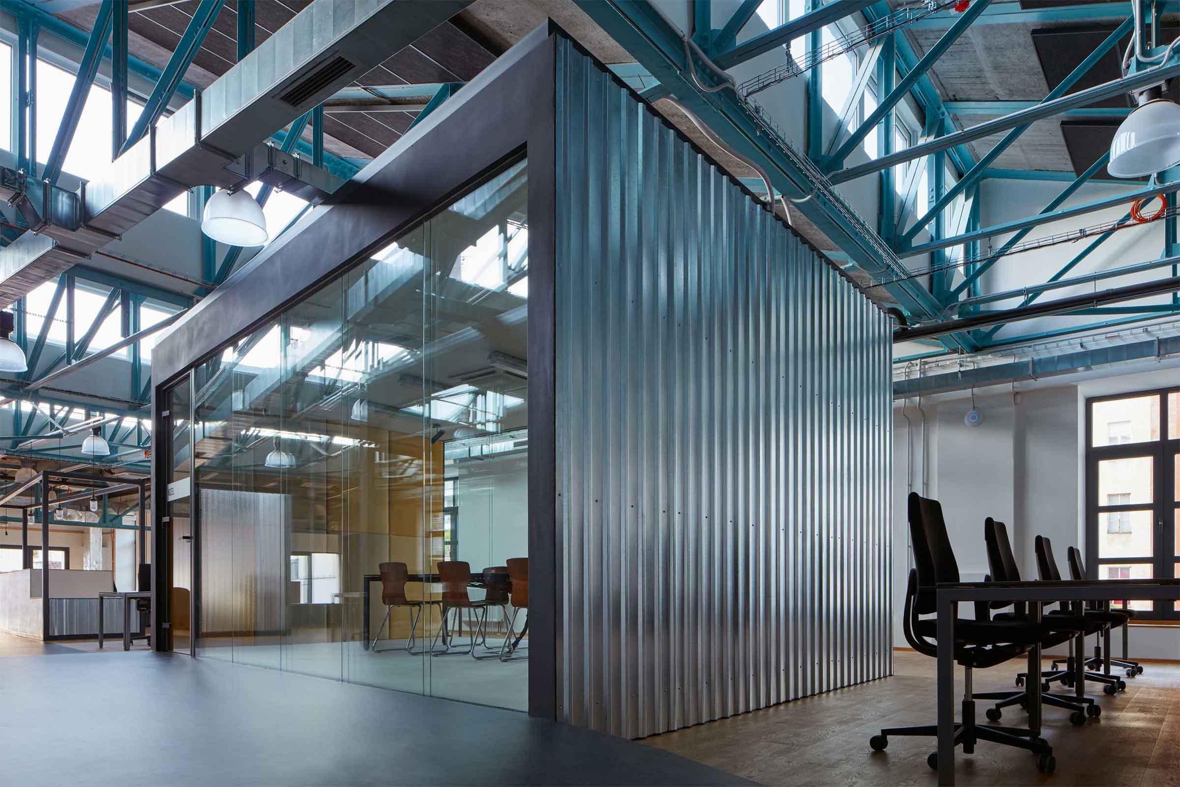Kanceláře Sinnerschrader Praha - prosklená, odhlučněná zasedací místnost, jejíž stěny pokrývá trapézový plech. Autor: Kurz architekti