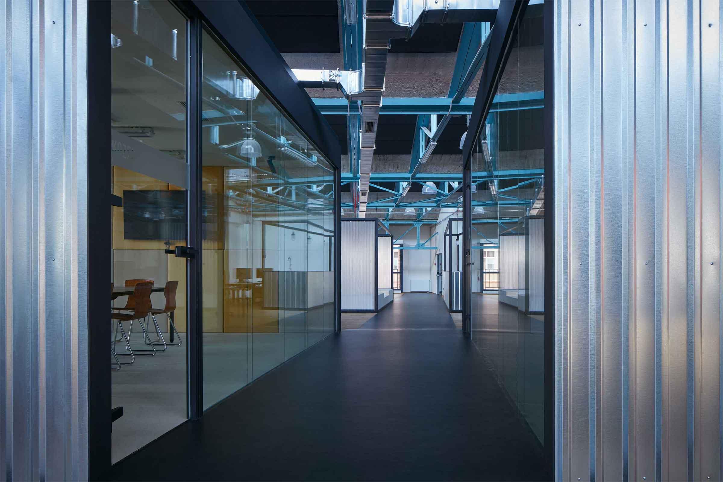 Kanceláře Sinnerschrader Praha - průhled skrze hlavní osu kanceláře lemované po obou stranách zasedacími místnostmi. Autor: Kurz architekti
