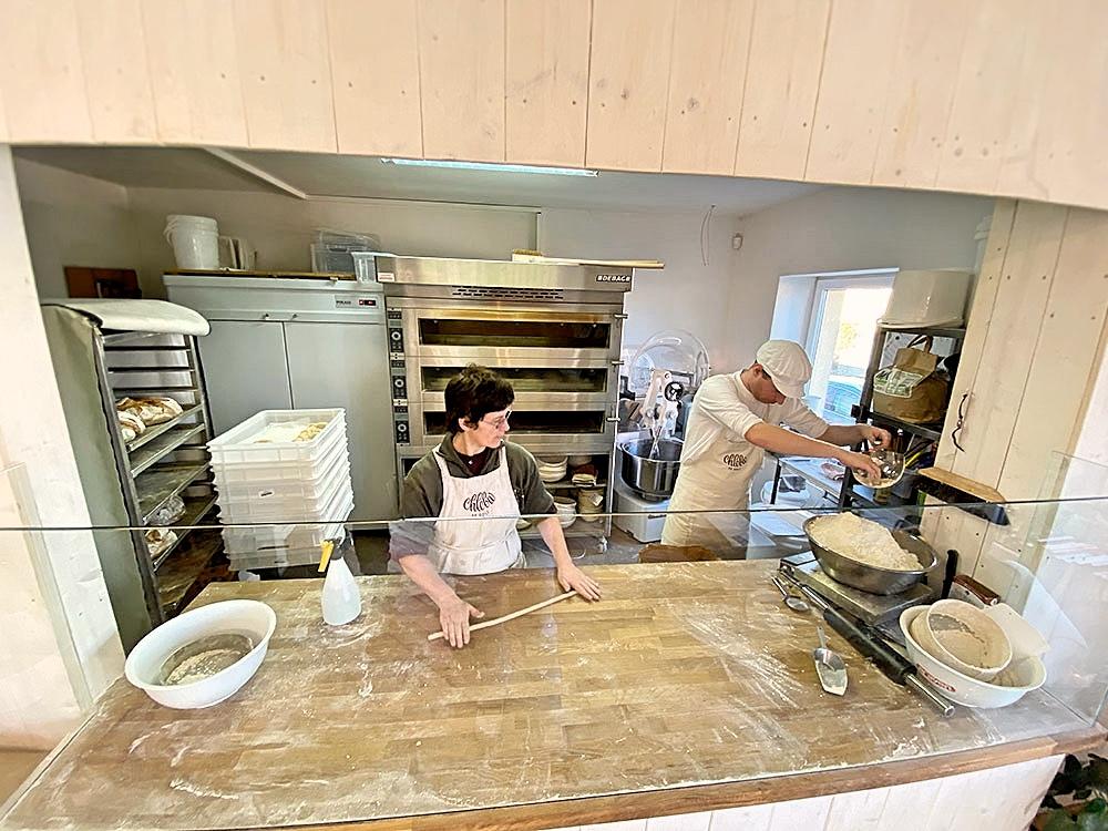 Pekárna Chleba se solí, Včelná - pohled do výrobny z prodejny. Autor: KURZ architekti