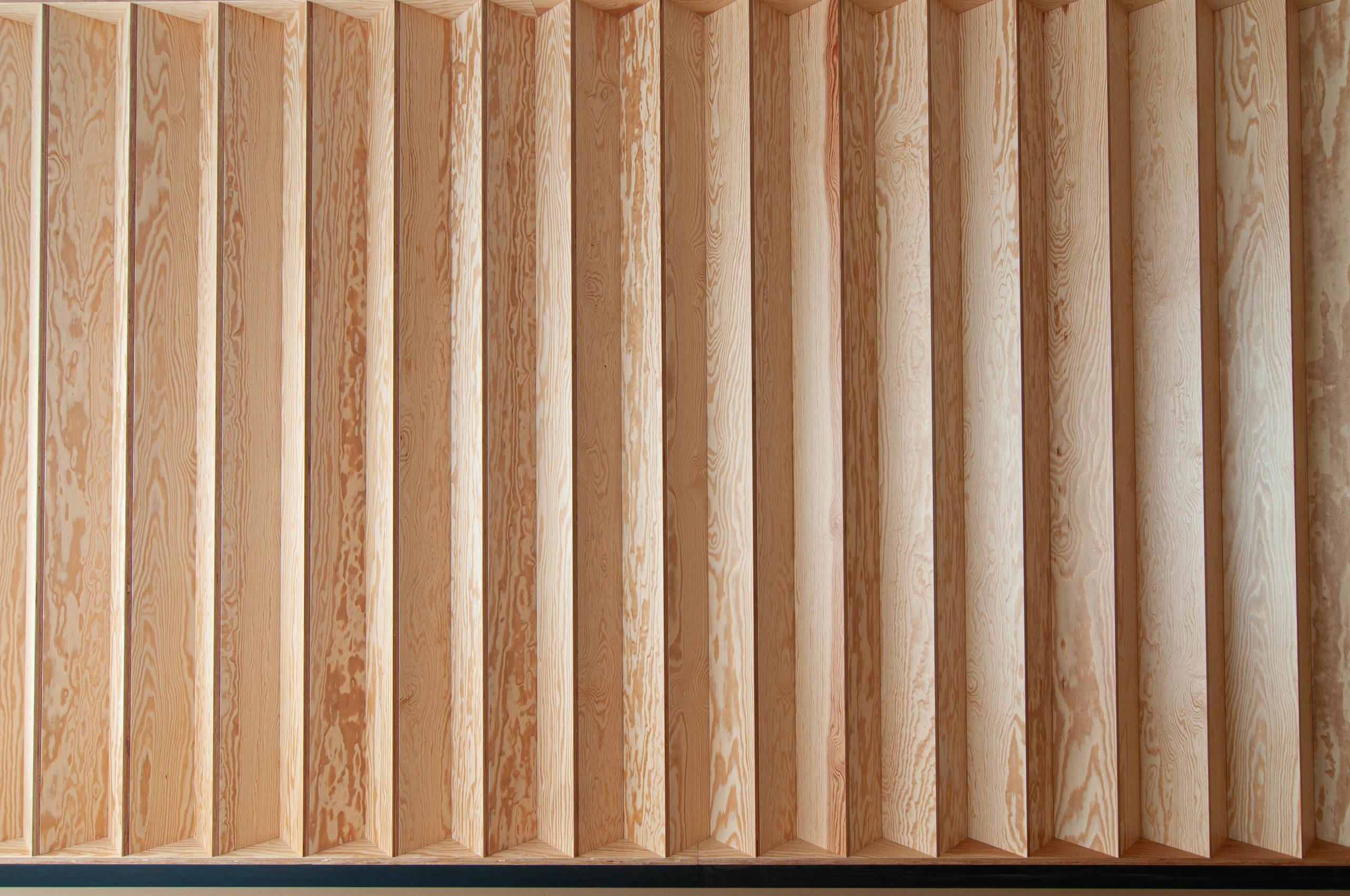 Studio Pilates Art v Klánovicích - stěna studia z borovicové překližky. Autor: Kurz architekti