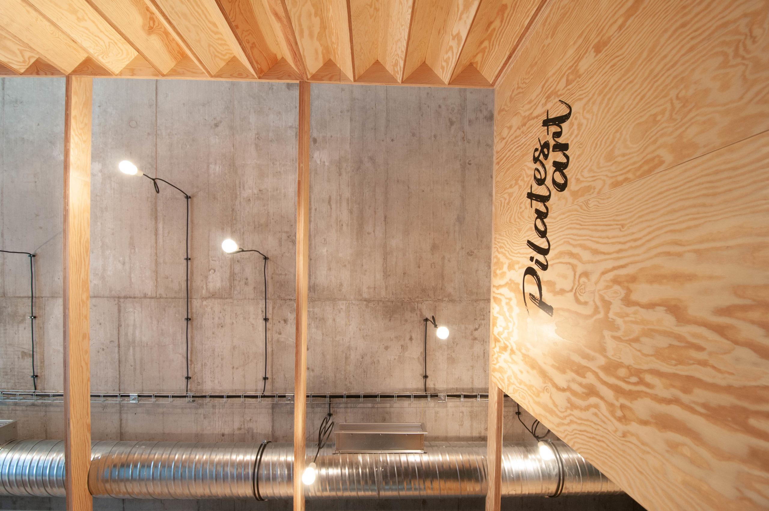Studio Pilates Art v Klánovicích - betonový strop. Autor: Kurz architekti